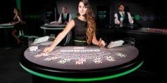 vrouw deelt kaarten unibet casino